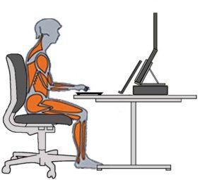 Tekening van persoon achter bureau met laptop zonder RSI, rugklachten, nekklachten of schouderklachten.